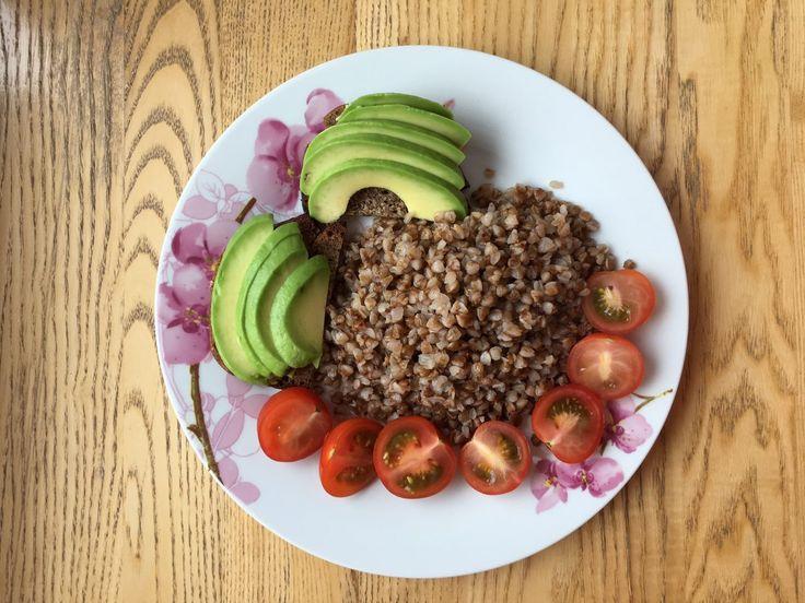 """Завтрак с """"Разумным Человечеством"""" Нами всеми любимая с детства гречка с помидорами и авокадо! Приятного аппетита!"""