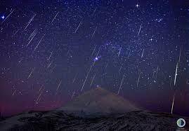 une pluie de météorites en pleine nuit à Tenerife, Canaries