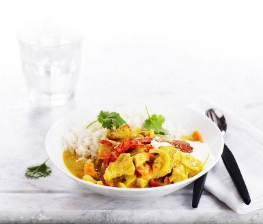 En snabb och enkel kycklinggryta är guld värd under stressiga dagar. Med len kokosmjölk och en klick honung blir denna currygryta riktigt god. Servera gärna med färsk koriander och mango chutney till.