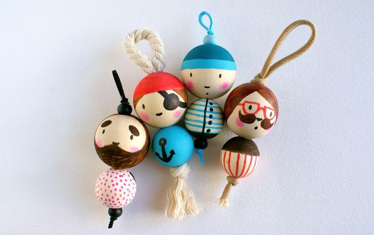 Pour la fête des pères, donnez vie à de jolies bouilles porte-clés avec simplement quelques perles, du cordon et un peu de peinture !