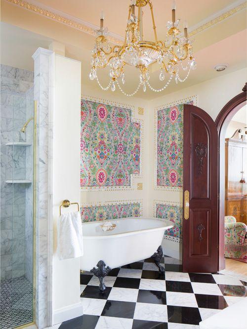 Идея для ванной комнаты: эффектная люстра. Подобный интерьер будет действовать на вас просто волшебно.
