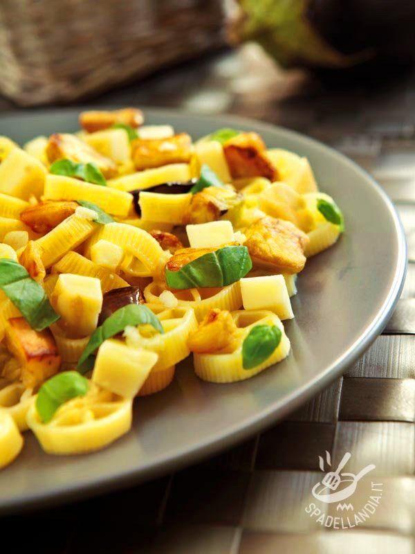 Pasta with smoked cheese and eggplant - Le Ruote con scamorza e melanzane sono un primo piatto a base di ingredienti genuini, molto gustosi. Semplice e goloso! #ruoteconscamorza