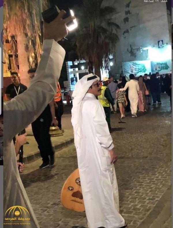 شاهد شبيه طلال مداح يظهر في شوارع جدة التاريخية ممسكا العود Lab Coat Fashion Jackets