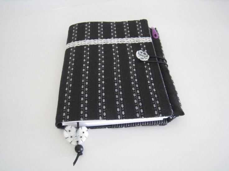 Handmade agenda cover with beautiful black / white fabric/ Zelfgemaakte agendahoes 2014 met mooie zwart/witte stof.