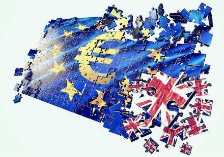 Avrupa Birliği (AB) Hukuk Komisyonu Başkanı Danuta Maria Hübner, Birleşik Krallık'ın üyelikten ayrılması durumunda İngilizce'nin
