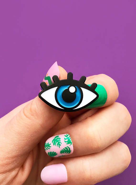 Blue eye, enamel pin
