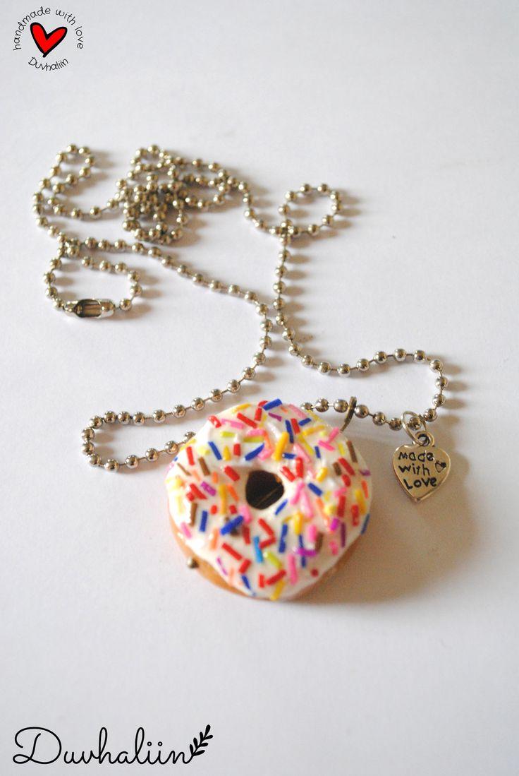 """Collar de super dona de 3cm x 3cm de arcilla polimerica con dije de corazón """"made with love"""" en cadena de bolitas de aprox 58cm.   Donut necklace (polymer clay) Handmade by Duvhaliin @Kichink!"""