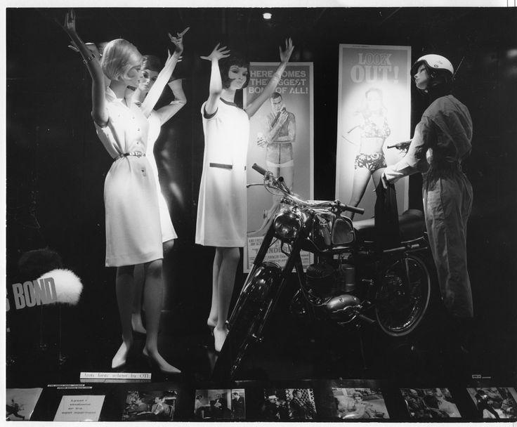 """Kløverhuset utstillingsvindu på midten av 60-tallet med James Bond filmen """"Thunderball"""" som tema."""