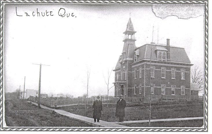 MRC d'Argenteuil, the court house 100 years ago. Wow there is a school and a daycare in the bottom left corner now. This surrounded by houses.