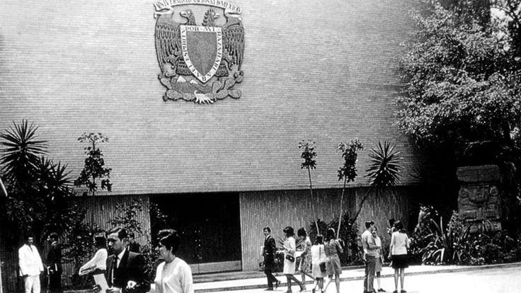 Fachada del auditoriode Escuela Nacional Preparatoria No. 6 Antonio Caso de la UNAM poco despues de 1964 en Coyoacan Cd. de Mexico