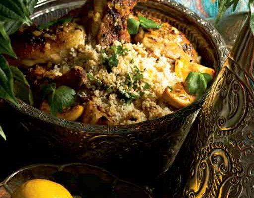 Marokkolainen sitruunakana Huuhdo ja kuivaa broileripalat. Ruskista liha kevyesti öljy-voiseoksessa. Siirrä broileripalat pataan tai marokkolaiseen tagine-astiaan. Ruskista silputut sipulit, valkosipuli, chili ja inkivääri. Lisää joukkoon mausteet, rusinat, manteli ja vesi sekä silputut yrtit ja oliivit. Kaada seos pataan broileripalojen päälle. Kypsennä ruokaa padassa miedolla lämmöllä tai 175-asteisessa uunissa noin tunnin ajan. Tarjoa kuskusryynien tai riisin …