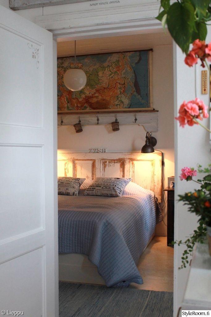 makuuhuone,sänky,sÄngynpÄÄty,vanha ovi,kartta,opetustaulu,hylly,vaaleansininen
