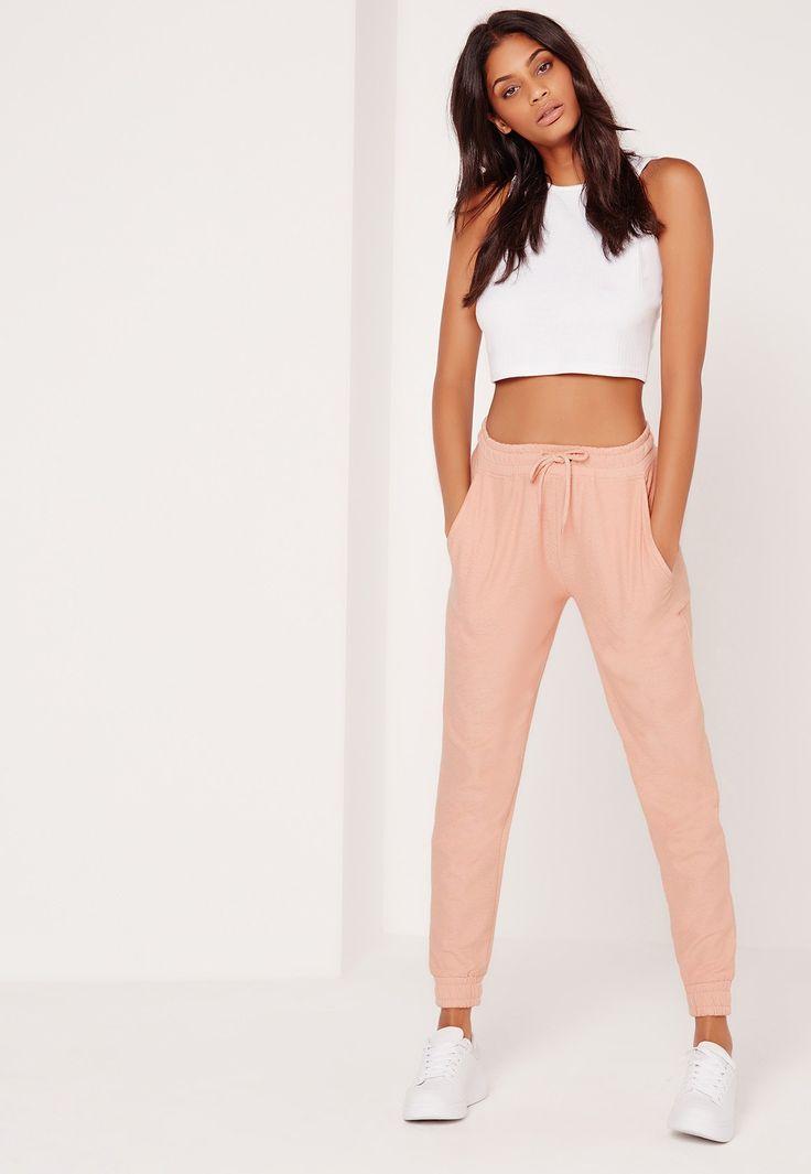 25Faites-vous un look casual qui ne manque pas de féminité dans ce pantalon de jogging rose. Taille et chevilles élastiques, couleur tendre, cordon pratique... on en est toutes fans chez Missguided et on portera le nôtre avec un top en je...