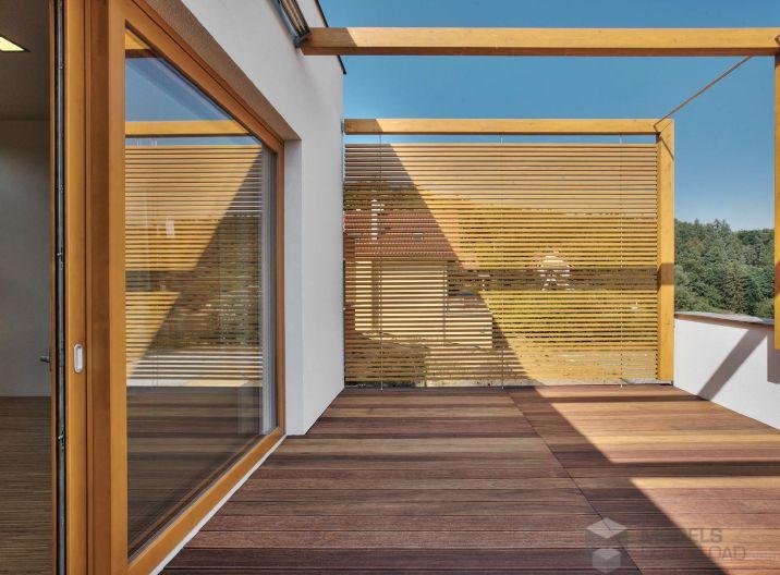 Drewniane okna i duży taras w apartamencie | Budvar