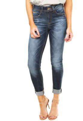 Calça Jeans Colcci Skinny Bia Azul, com lavagem estonada, pespontos aparentes, efeito bigode, tag metalizada da marca, cinco bolsos e cinco passantes no cós. Possui modelagem skinny e fechamento por botão e zíper.Confeccionada em jeans 97% Algodão e 3% Elastano.Medidas: Cintura: 66cm/ Quadril: 82cm/ Gancho: 25cm/ Comprimento: 104cm/ Tamanho: 36.Medidas da Modelo: Altura: 1,72m / Busto: 79cm/ Cintura: 64cm / Quadril: 90cm.