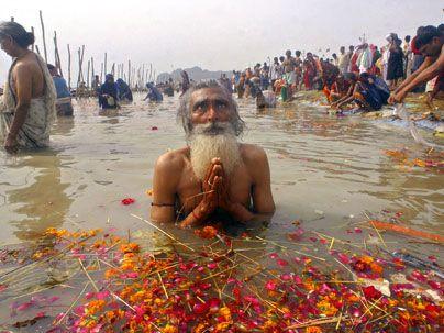 Ganges, India - P_23.10.2012 - http://shipbright.files.wordpress.com/2010/02/praying-in-the-ganges.jpg