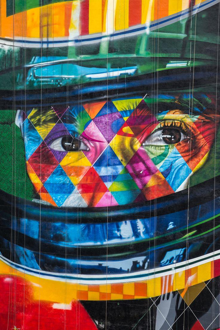 Painel de Eduardo Kobra com o olhar concentrado de Ayrton Senna