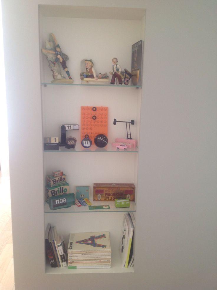 Vetrina con oggetti vintage: ceramiche artistiche anni '20/30 (Preciosa, Elsa Lagorio, Tarcisio Tosin), collezione di orologi e calendari perpetui, scatole spugnette BRILLO (Andy Warhol) ....ecc. ecc. Anni '60