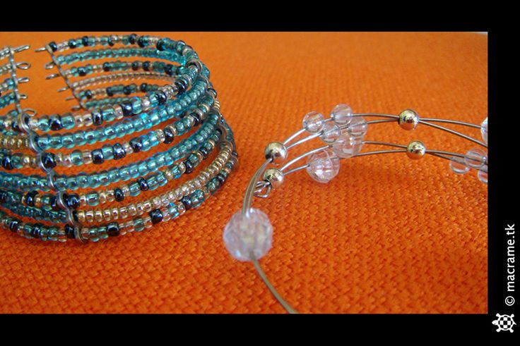 Couple of rigid beaded bracelets  Coppia di bracciali con perline rigidi
