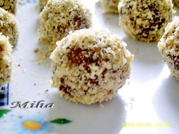 Mod de preparare Bomboane Raffaello: Amestecam la robotul de bucatarie laptele praf cu zaharul pudra ,nuca de cocos, untul moale si la sfarsit smantana. Daca iese prea vascoasa compozitia, mai puteti adauga smantana. Se modeleaza bilute, pe care le tavalim prin nuca de cocos. Eu am facut doar jumatate de…