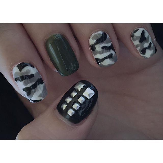 サバトンネイル完全版!!! スタッズ使いでヨアキムのシックスパックを再現。白地にふにゃふにゃとグレーと黒を乗せて都市迷彩。戦車色のジェルもいい色だ〜。ライブ終わるまでちゃんと持ちますように。  #sabaton #nailart #heavymetalnails #bandnails #heavymetal #camonails #citycamo #khaki #selfnail #セルフネイル #metal #metalgirl #metalchick #親指ヨアキム #人差し指トミー #中指ハネス #クスリ指クリス #小指パルちゃん