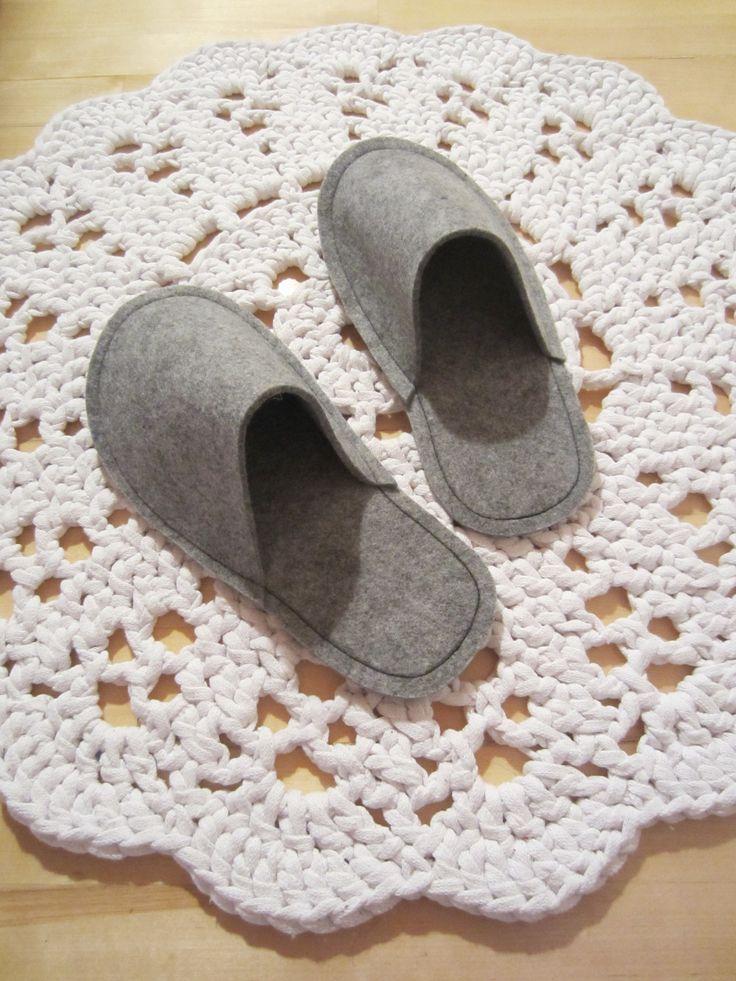 Tee-se-itse-naisen sisustusblogi: Sewn Felt Slippers And Crocheted Doily Rug