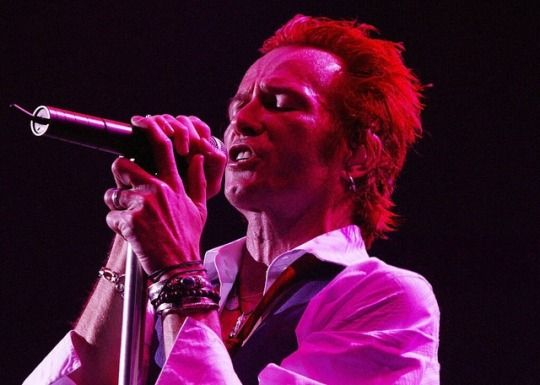 Scott Weiland with Velvet Revolver perfoms on stage on one of their final London dates of their UK tour at the Carling Apollo Hammersmith on January 23, 2005 in London.     [Photo by Jo Hale]