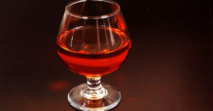 Tipos y precios del coñac. El coñac es un estilo muy popular de brandy. Obtuvo su nombre originalmente por el pueblo francés de Cognac. Durante la producción de este licor, se deben seguir instrucciones específicas y tradiciones ancestrales para asegurar la calidad del mismo. Todo el coñac debe ser hecho de al menos 90% de uvas Ugni Blanc, Folle Blanche o Colombard y, ...