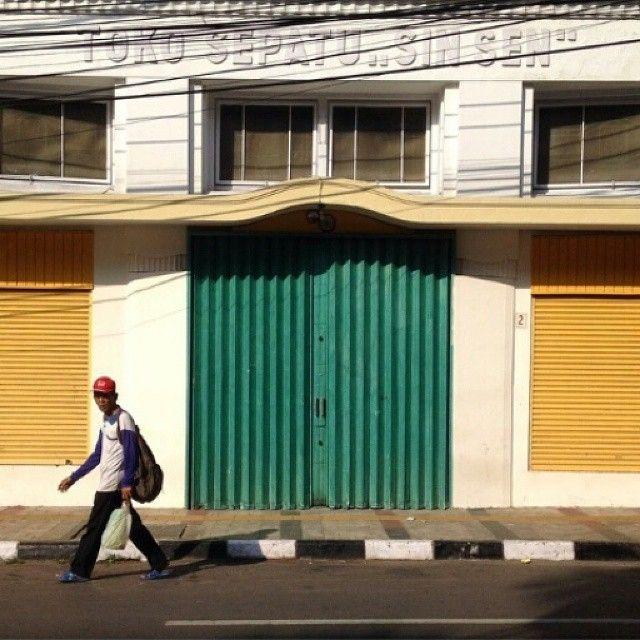 shot by @nallho taken at Braga Street -------- Awalnya Jalan Braga adalah sebuah jalan kecil di depan pemukiman yang cukup sunyi sehingga dinamakan Jalan Culik karena cukup rawan juga dikenal sebagai Jalan Pedati (Pedatiweg) pada tahun 1900-an. Jalan Braga menjadi ramai karena banyak usahawan-usahawan terutama berkebangsaan Belanda mendirikan toko-toko bar dan tempat hiburan di kawasan itu seperti toko Onderling Belang. Kemudian pada dasawarsa 1920-1930-an muncul toko-toko dan butik…