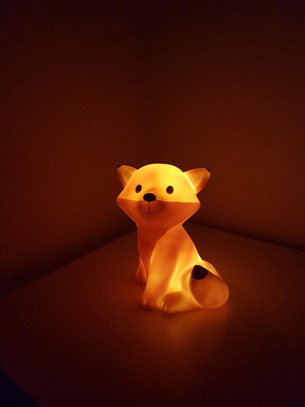 """Fuchs-Serie  Ein angenehmes Licht für das Kinderzimmer, das den Kindern beim Einschlafen hilft. Mit 5 Minuten Timer! Der orange Hartgummierte Fuchs wird mit 3x1,5V""""AAA"""" Batterien betrieben. Die..."""