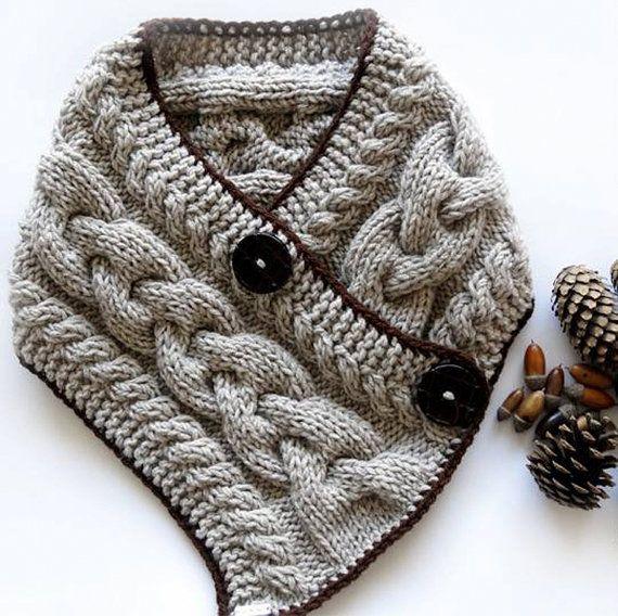 Questo grosso cablata sciarpa / scaldacollo è mano - a maglia di lana ingombrante / miscela acrilico filato. È denso e caldo. Ha uncinetto marrone trim e grandi bottoni per chiusura. Un modo perfetto per mantenere il vostro collo caldo in questo autunno / inverno! Grande regalo a una persona speciale o per voi stessi! FATTE SU ORDINAZIONE! Misure: Sciarpa di lunghezza: ~ 30(76cm) Sciarpa Larghezza: 7(18cm) Colori: farina davena (n. 152), marrone Diametro pulsante: 1 1/2 (4cm) NOTA bene: N...