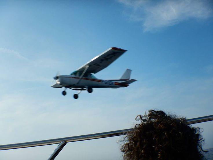 """L'avion de repérage vient """"faire coucou"""" au bateau Cala Rossa"""