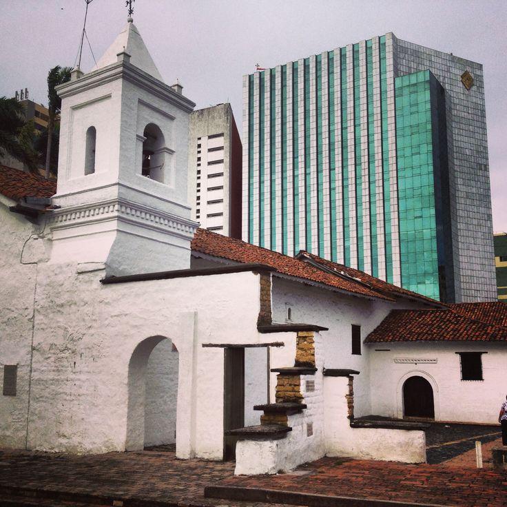 Contraste de lo antiguo y lo moderno de mi ciudad