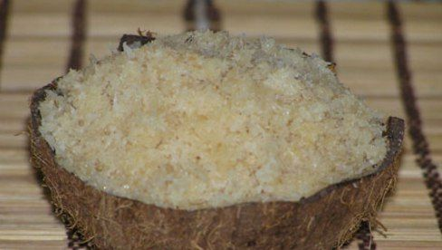 = НАРЬЯЛ ХАЛАВА (кокосовый пудинг) =  #sarasvati_club_сладости     Такой известный десерт ведической кухни, как халава, из чего только не готовится — из манной крупы, тыквы, моркови. А это рецепт халавы из кокосовых орехов (рецепт адаптированный под российские реалии, поэтому - из кокосовой стружки)      Ингредиенты:   * 200 гр. кокосовой стружки   * 100 гр. сливочного масла   * 500 мл. молока   * 270 гр. сахара   * орешки для украшения      Способ приготовления:   * В толстостенной посуде…
