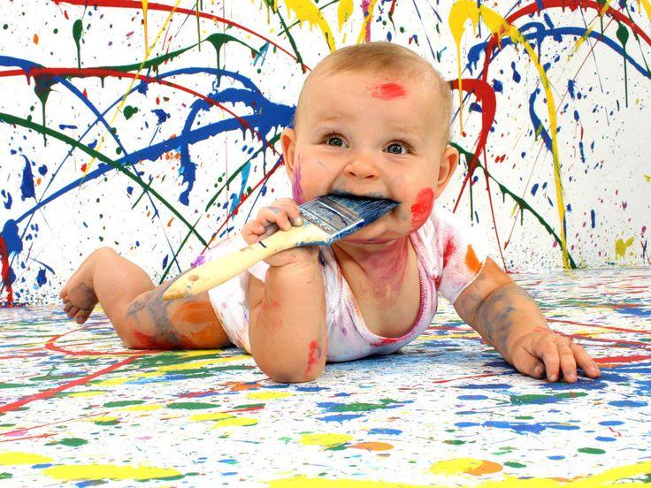 Não, pessoal, não decidimos que vamos dar tinta para nossas bebêzocas comerem, hahaha! Mas é que recentemente demos dicas de pinturas com as mãos e pés AQUI e de oficinas para o Dia dos Pais que envolvem pintura com mãos e pésAQUI, então ficamos preocupadas com o fato de que bebês pequenos podem adorar brincar…