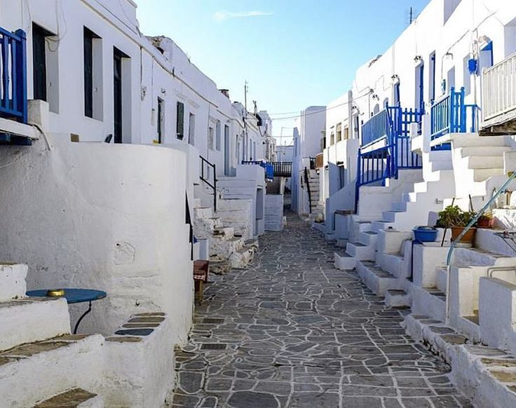 Just imagine walking down this alley ! Very adorable Chora of Folegandros island (Φολέγανδρος) !
