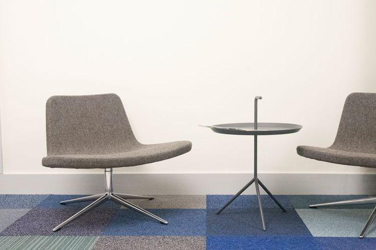 Moderne fauteuils als zitje in hal kantoor