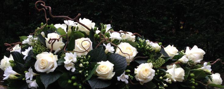 Rouwbloemstuk klassiek wit Bijzondere Rouwbloemen Wageningen