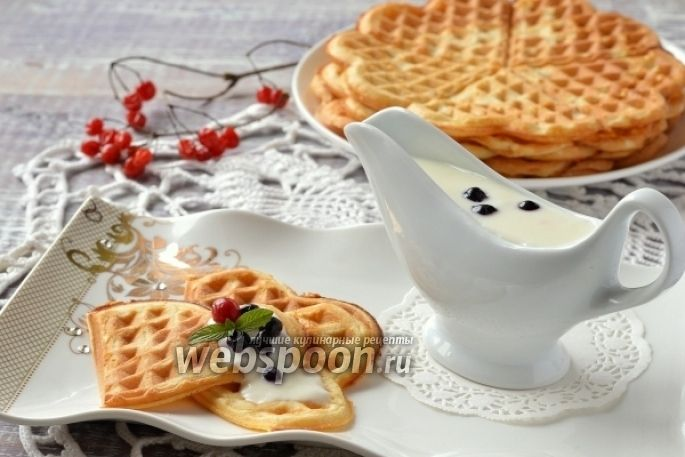 Йогуртовые вафли для завтрака  Представляю вашему вниманию нежные йогуртовые вафли. Если вы ищете рецепт хрустящих вафель — это не тот рецепт. Вафли по этому рецепту выйдут мягкими, очень похожими на нежные блины. Выпекаются такие вафли очень быстро, тесто готовится за считанные минуты. Так что для завтрака они идеальны — такими вафлями с огромным удовольствием полакомятся утром не только дети, но и взрослые. Подавайте такие вафли с йогуртом, со сметаной, с мороженым, с ягодным соусом — они…