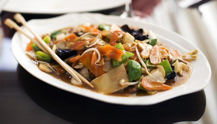 ¿Quieres disfrutar de la deliciosa combinación de sabores que tanto caracteriza a la comida asiática? Prueba nuestra receta de chop suey de pollo.