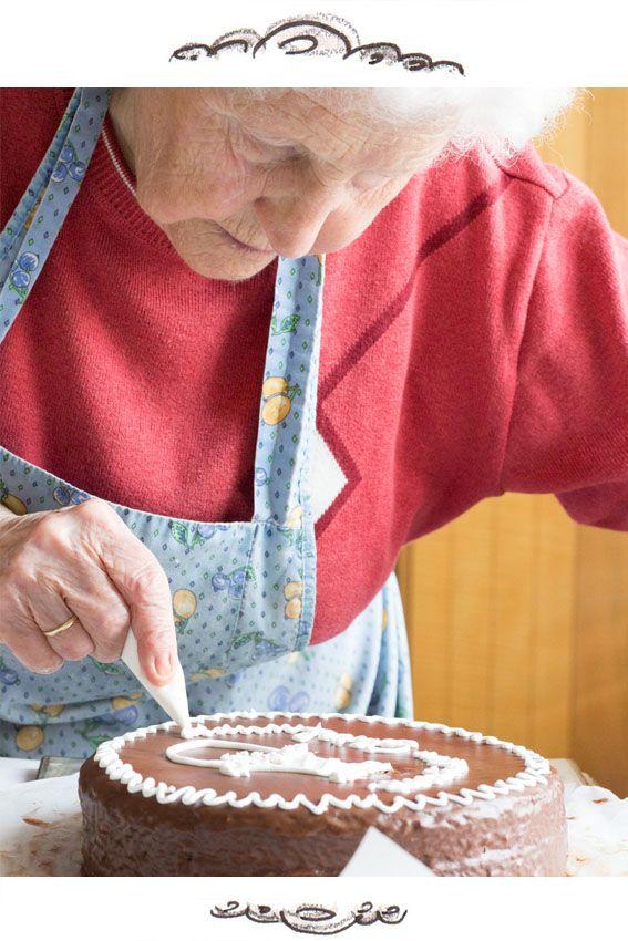 """Die Torte ist vom Geschmack der originalen Sachertorte ähnlich, aber sie ist um ein Vielfaches saftiger und """"fluffiger"""" von der Konsistenz."""