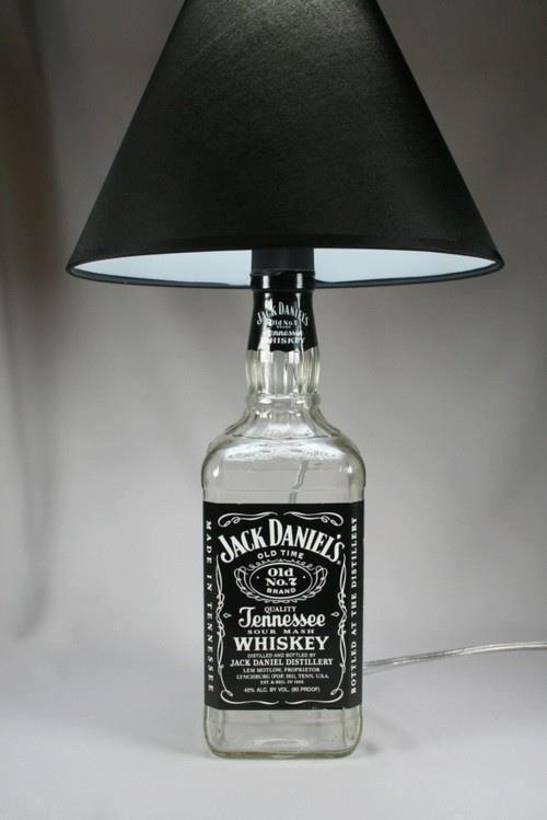 Um toque masculino para o apartamento dos solteiros. Rótulos de bebidas famosas também ficam bacanas na decoração.  Que tal este abajour?