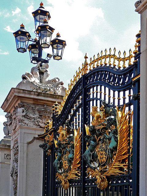Buckingham Palace, England #Travel #AmplifyBuzz