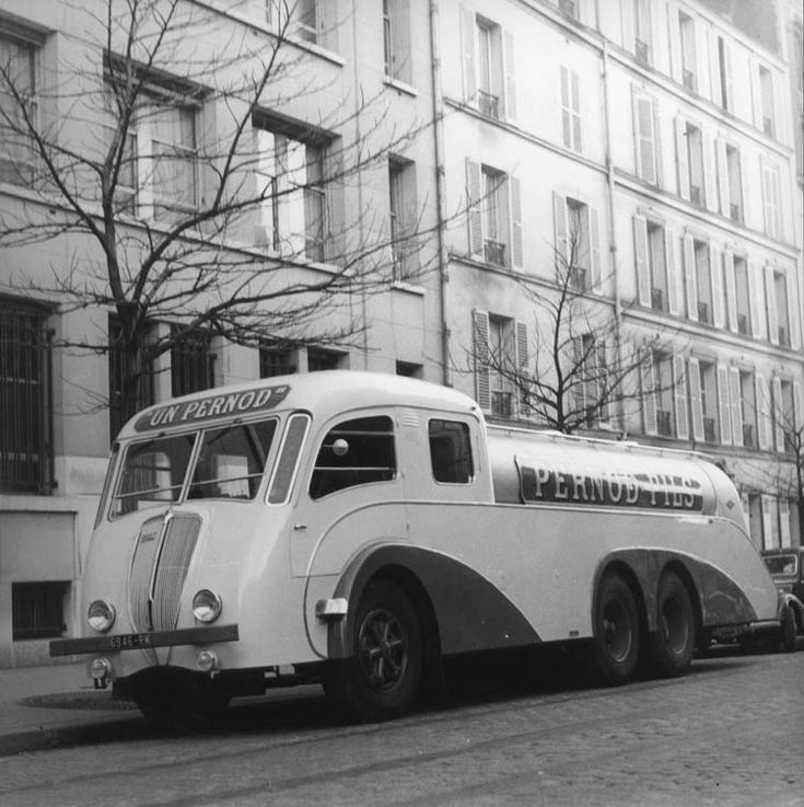 Figure 146 : Camion-citerne Renault carrossé Pernod - 1939 © Renault communication / PHOTOGRAPHE INCONNU (PHOTOGRAPHER UNKNOWN) DROITS RESERVES