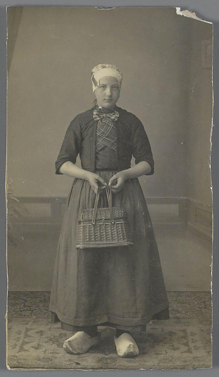 Vrouw in streekdracht, van de Noordwest-Veluwe. De vrouw is gekleed in opknapdracht. Over de gedessineerde ondermuts draagt ze een zilveren oorijzer, met gouden 'krullen' aan de uiteinden. Over kraplap en schouderdoek draagt ze een jak met korte mouwen, wat gesloten word met een grote strik. #Veluwe #Gelderland #oudedracht