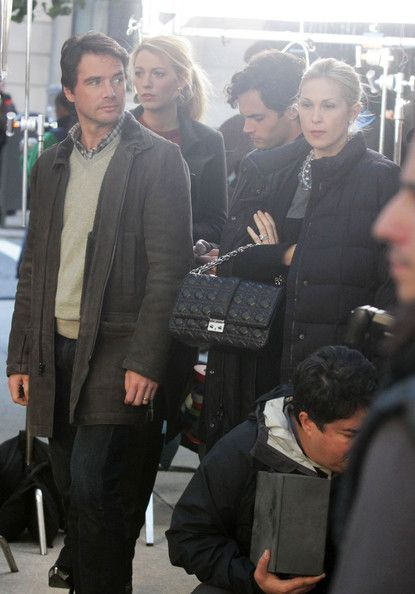 """Kelly Rutherford Matthew Settle Photos - Actors Kelly Rutherford, Matthew Settle, Penn Badgley and Blake Lively film scenes for 'Gossip Girl' where they are being photographed by paparazzi. - Stars On Set Of """"Gossip Girl"""""""