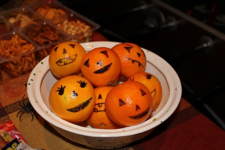 This is so easy and cute! Draw pumpkin faces on oranges! Halloween Food Ideas > The Diary of Sugar and Spice