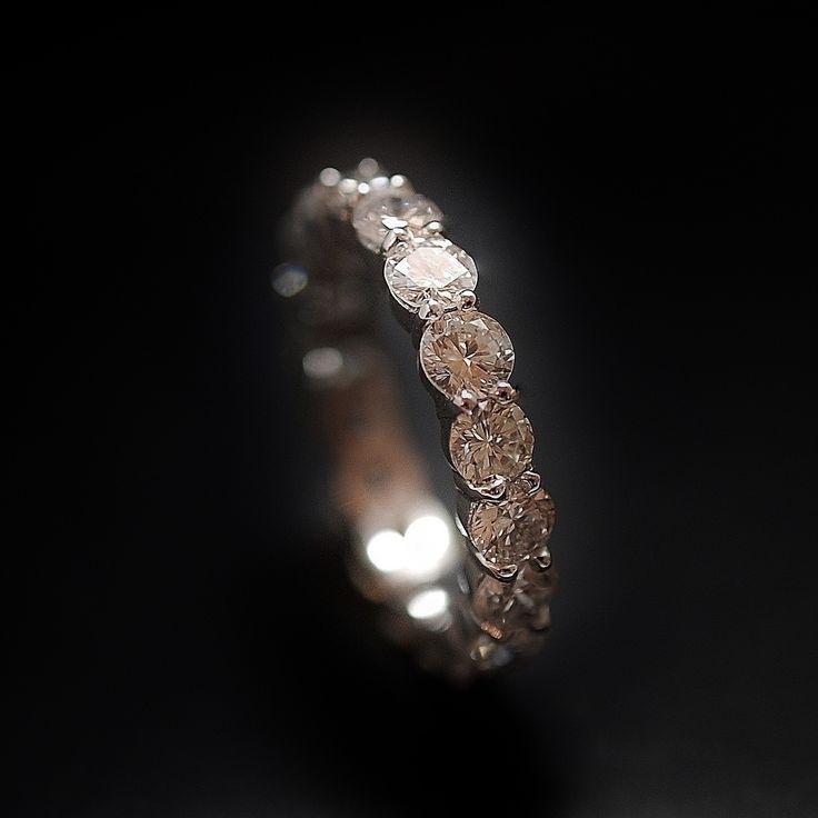 à vendre : 4500€ Alliance Diamants en or gris 18 Cts  sertie de 3.34 Carats de diamants brillants soit 18 brillants de 0.18 Cts - 0.19 Cts chaque  en serti griffes  qualité G-VS  poids brut : 3.70 grammes  taille de doigt : 52  largeur Alliance : 3.8 mm  Diamètre diamants : 3.6 mm  Vendu avec Facture  Possibilité de fabriquer cette alliance pour toutes les tailles  me demander avant d'encherir  vendue avec facture