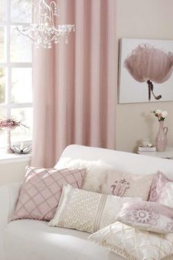 Edle Stoffe in ecru und rose fürs Wohnzimmer