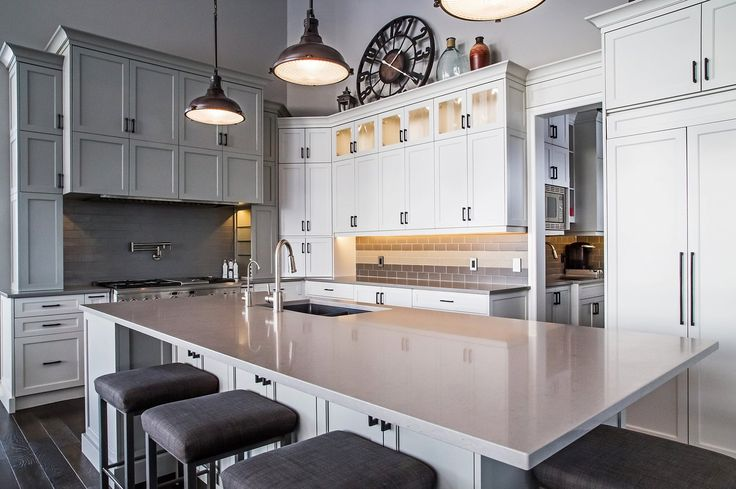 Industrial chic at its best! Lindsay O Creative plays with hues, heights and hardware in this lust-worthy kitchen featuring Shitake countertops. #Caesarstone #interiordesign #quartz #kitchen #bath #modernkitchen